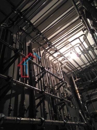 Монтаж стальной трубы под потолком