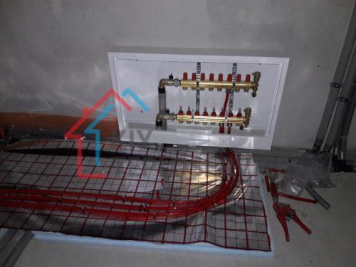Коллектор с расходомерами, укладка трубы теплого пола